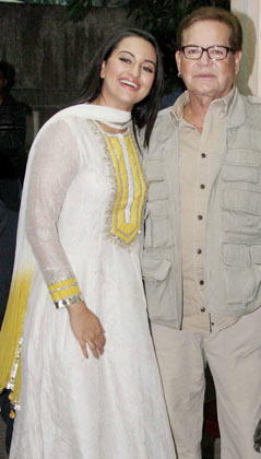 Salim And Sonakhsi Smiling Still At Son Of Sardaar Special Screening