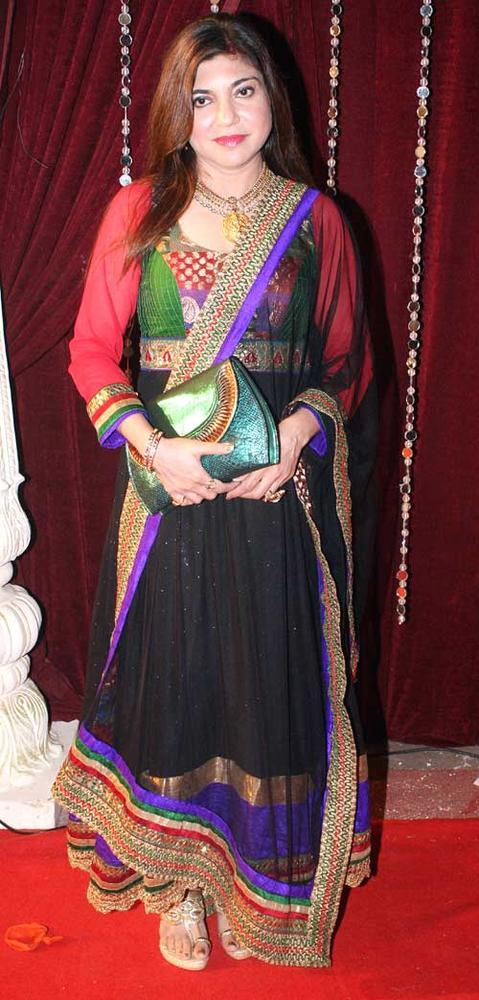 Alka Completed Her Look With Flowing Hair At The Zee Risthey Awards