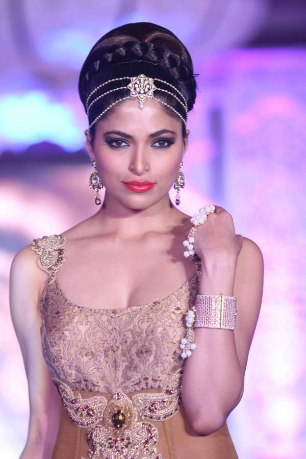A Model Cute Sexy Pose On Ramp For Rohit Verma And Shilpa Marigold Fashion Show IGNITE