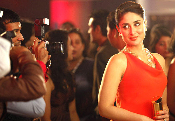 Kareena Kapoor Glamour And Gorgeous Look In Red Dress Still