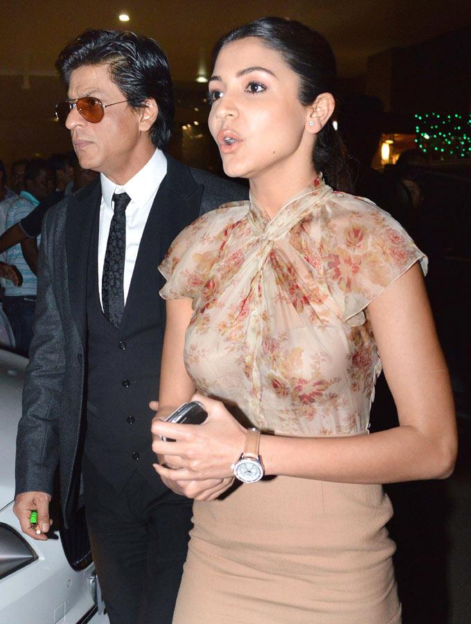 SRK With Anushka Snapped At The Mumbai Airport