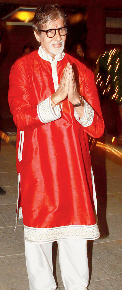 Amitabh Greets The Guests At His Residence For Attend Diwali Bash