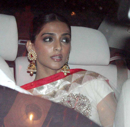 Sonam Kapoor Glamour Look At Big B's Diwali Bash