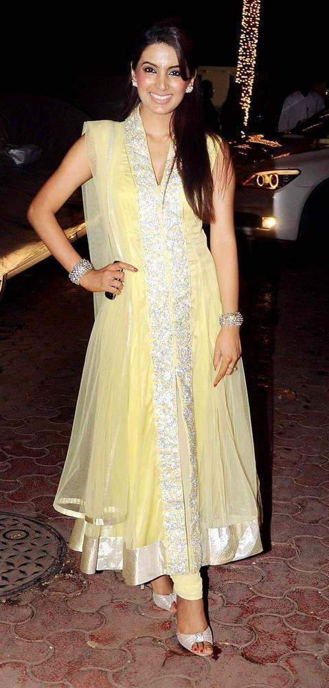 Geeta Basra Pose For Camera At Shilpa Shetty Diwali Bash