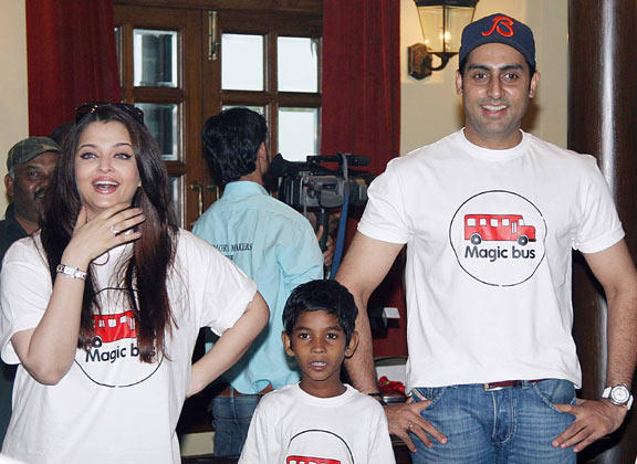 Aishwarya With Hubby Abhishek Smiling Still At Magic Bus Event On Children's Day Celebration