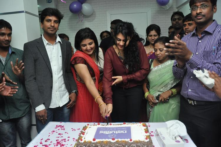 Kamna Cake Cutting Photo At Naturals Franchise Launch