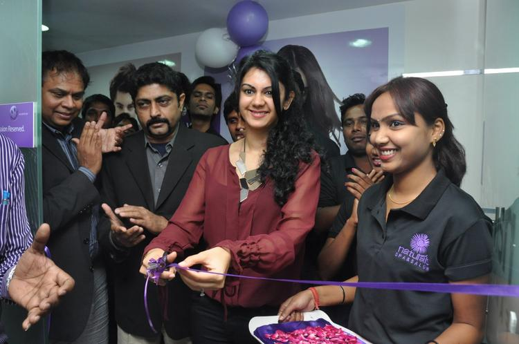 Kamna Inaugurated Photo Clicked At Naturals Franchise Launch