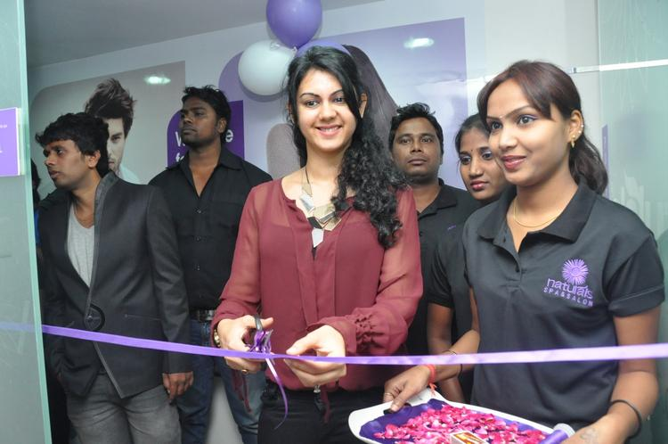 Kamna Launched Naturals Franchise Salon By Cutting The Ribbon