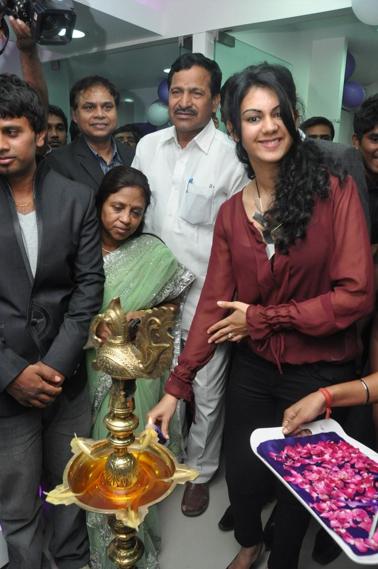 Kamna Smiling Photo Clicked While Lightening The Lamp At Naturals Franchise Launch