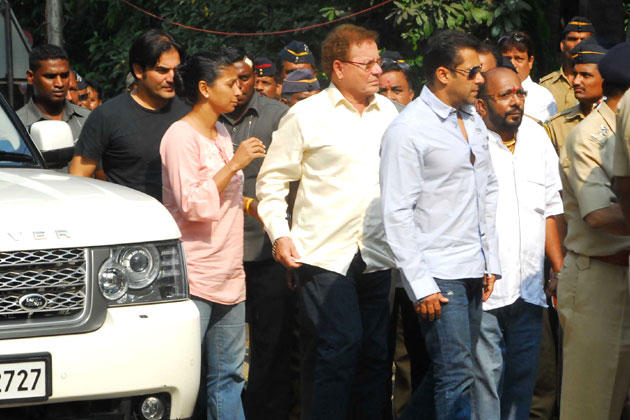 Salman With Dad Salim Visit Matoshree To Meet Unwell Bal Thackeray