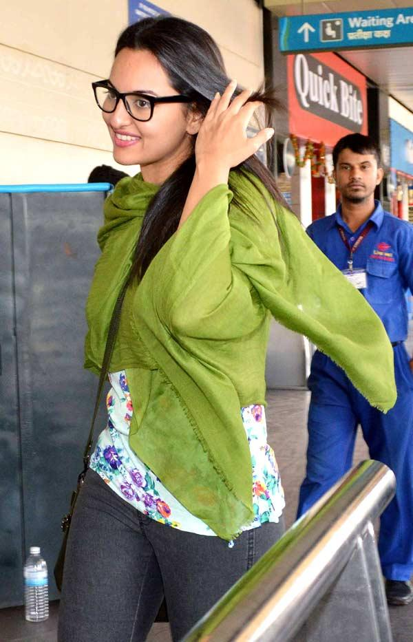 Sonakshi Sinha Smiling Pic At Mumbai Airport
