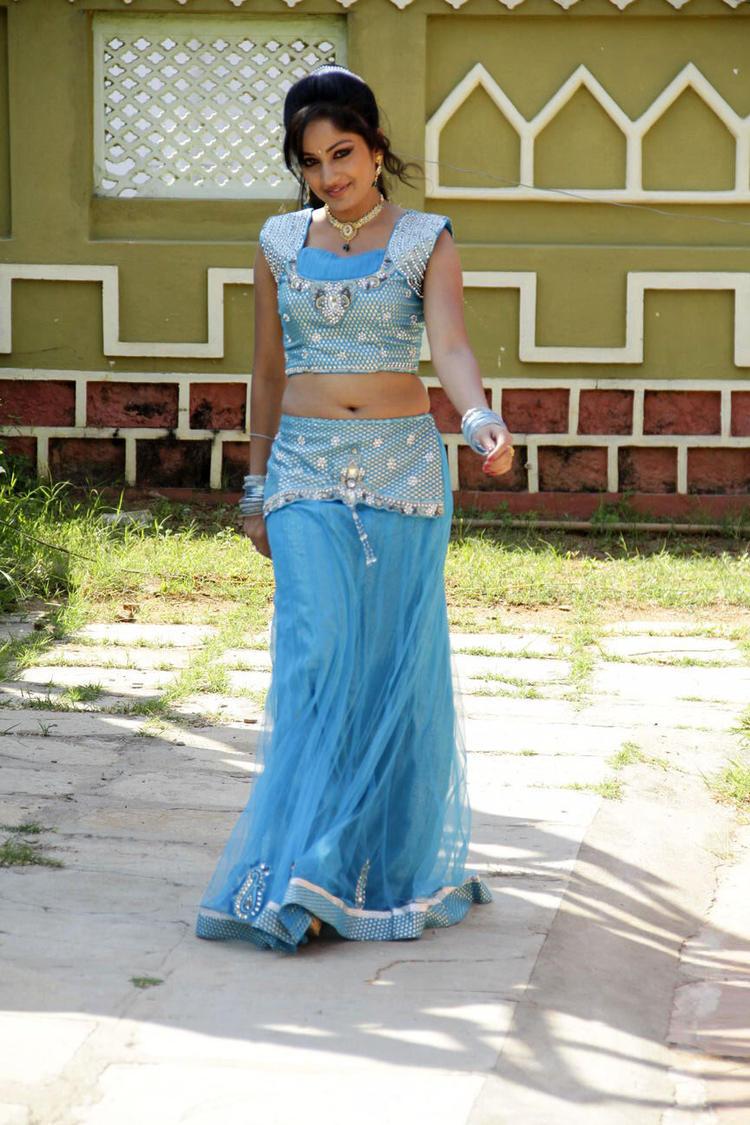 Madhavi Navel Show Sexy Still From Chudalani Cheppalani Movie