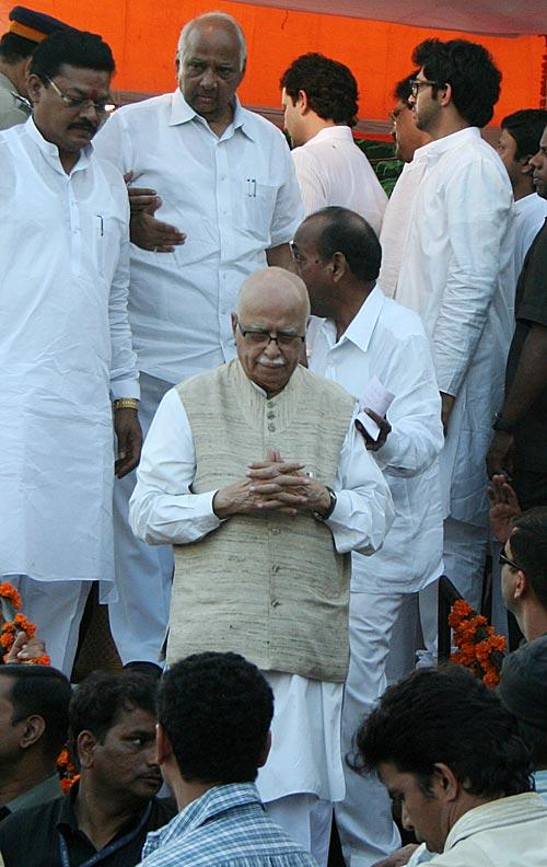 Advaniji And Sharadji Photo Clicked At The Funeral Of Shri Balasaheb Thackeray