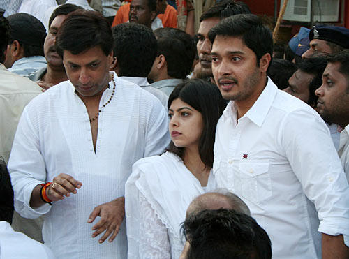 Madhur And Shreyash Snapped At The Funeral Of Balasaheb Thackeray
