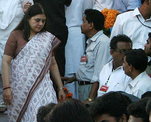 Maneka Attend The Funeral Of Shri Balasaheb Keshav Thackeray