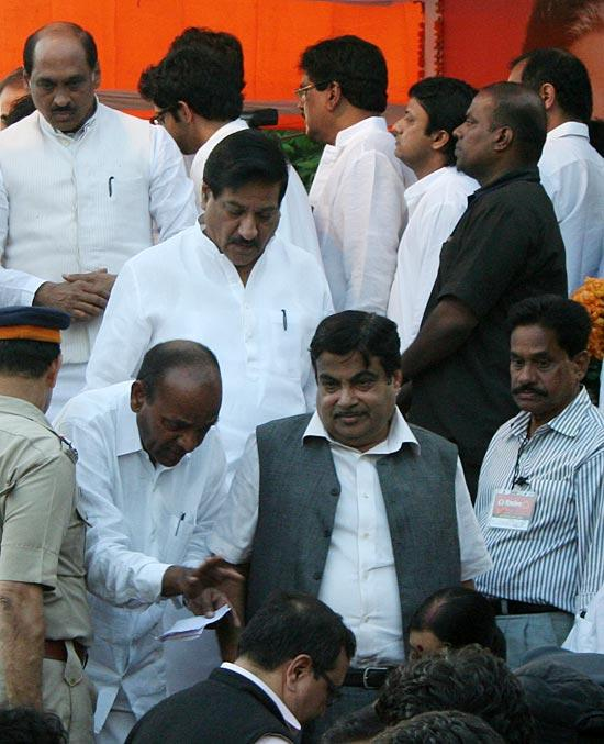 Nitin Gadkari Spotted At The Funeral Of Balasaheb Thackeray