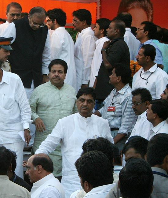 Rajiv  And Gopinath Photo Clicked On The Funeral Of Late Shri  Balasaheb Thackeray