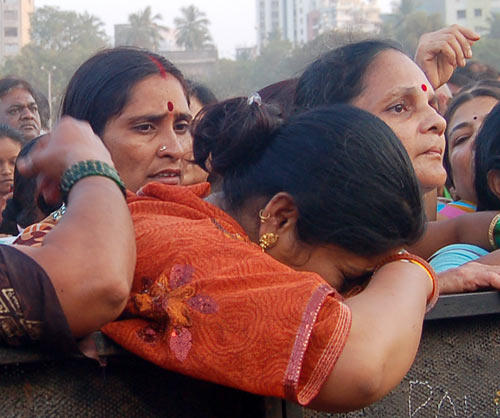The Supporters Crying Photo At The Funeral Of Balasaheb Thackeray