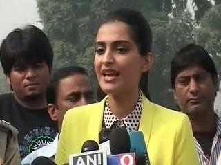 Sonam Kapoor Nice Look Photo While Talking To Press On Promotion Of Delhi Traffic Police