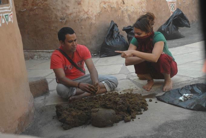Aashka  And Dinesh With Cow Dung On Day 44 In Bigg Boss 6