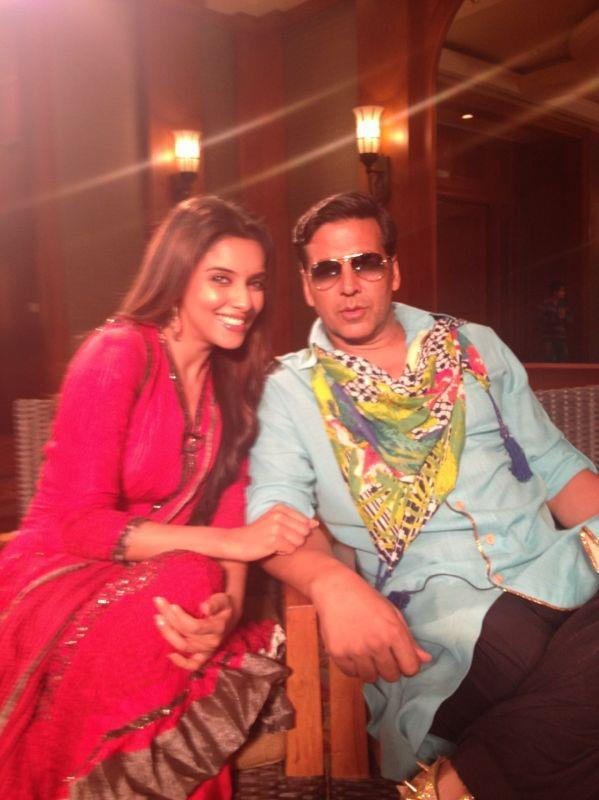 Akshay And Asin Nice Look With Cute Smiling From Khiladi 786 Promotion