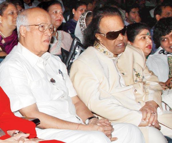 Rajkumar And Ravindra During The Felicitation Of Lyricist Ravindra Jain
