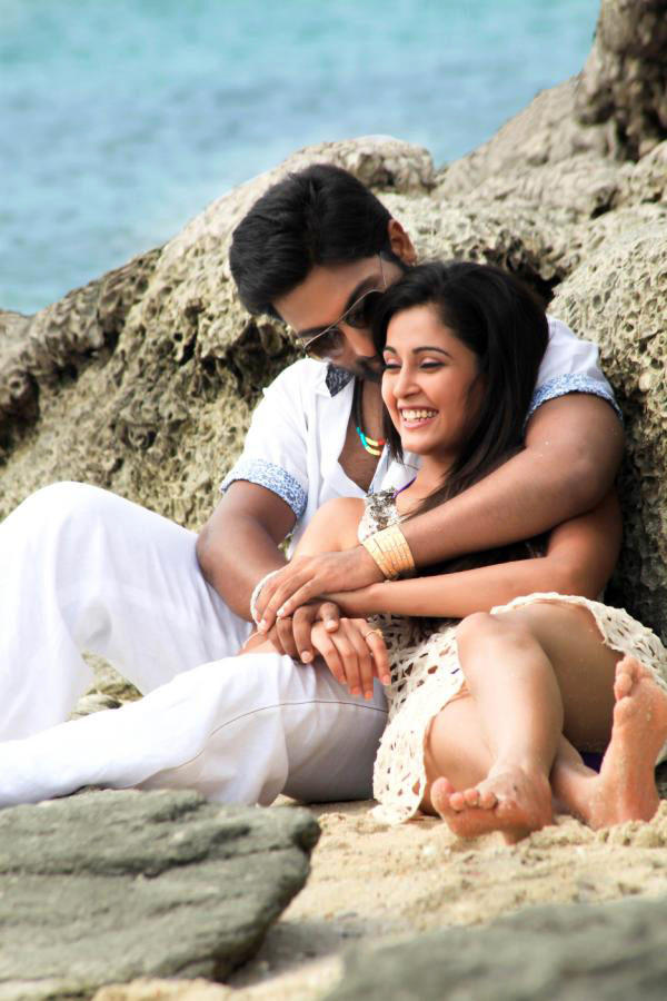 Vikram And Nikitha Romantic Scene In Beach Still From Race Movie