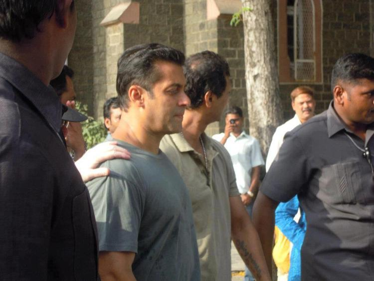 Salman With Bodyguards On The Sets Of Dabangg 2
