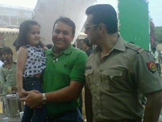 Salman With A Fan And His Daughter On The Sets Of Dabangg 2