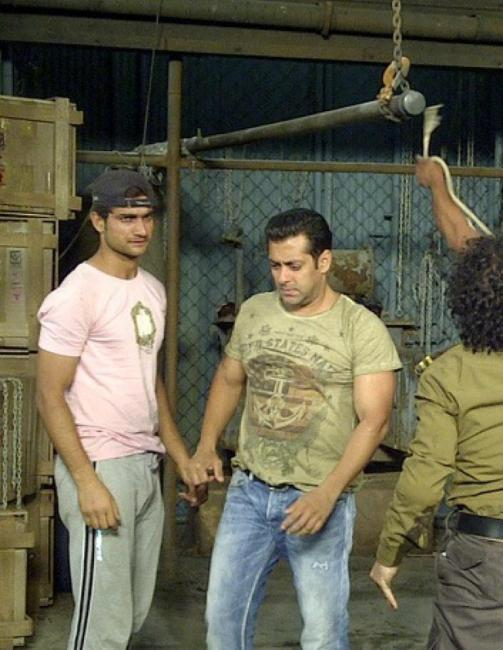 Salman Khan Snapped During A Fight Scene On The Sets Of Dabangg 2