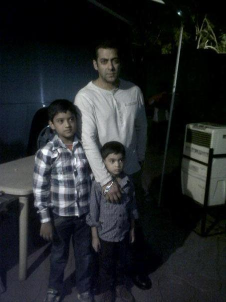 Salman Khan Snapped With Two Kids On The Sets Of Dabangg 2