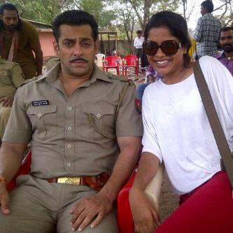 Salman Posed With A Fan On The Sets Of Dabangg 2