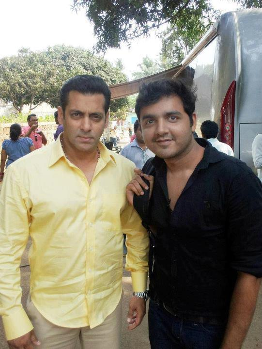 Salman Smiling Still With A Fan On The Sets Of Dabangg 2