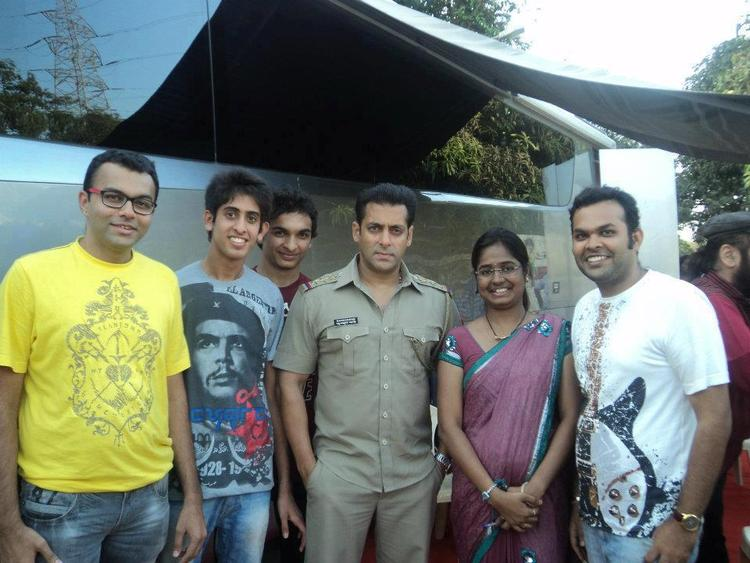 Salman Snapped With Fans On The Sets Of Dabangg 2