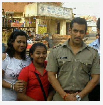 Salman  With  Two Fans Posed For Camera On The Sets Of Dabangg 2