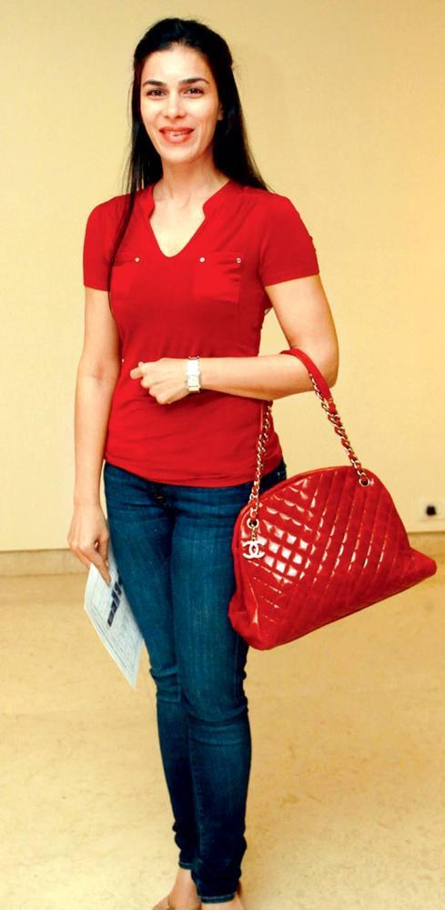 Red Hot Namrata Barua Shroff Smiling Still At An Art Evening