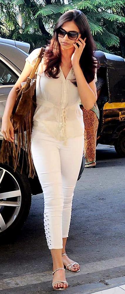 Deepika Padukone Clicked At Mumbai Airport