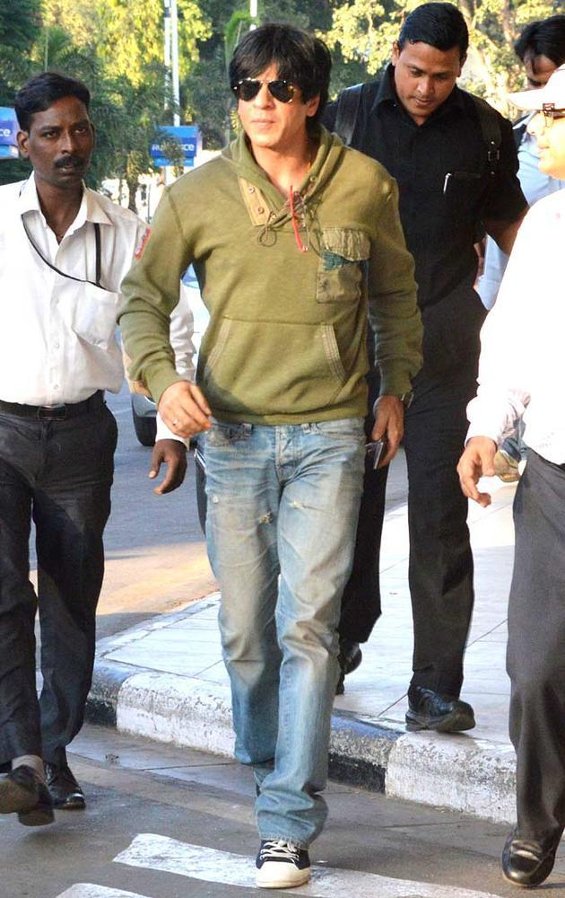 Shahrukh Khan Spotted At Mumbai Airport For Leave Goa