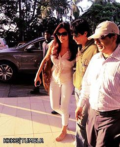 Deepika With Shaharukh Photo Clicked At Mumbai Airport