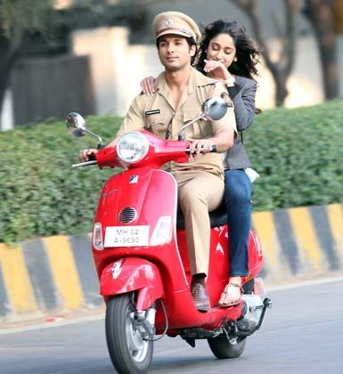Shahid And Ileana Smiling Still On Shooting Location Of Phata Poster Nikla Hero