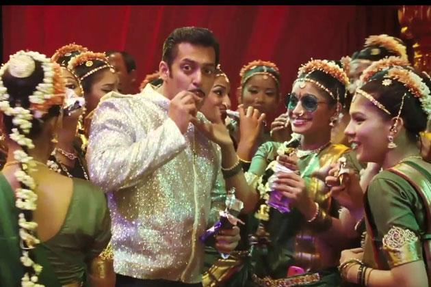 Salman With The Co-Artist In A Song Of Dabangg 2