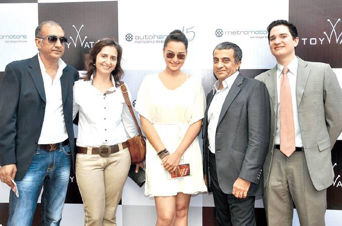 Milan And Wife Lianne,Sonakshi,Mohan And Jehangir Clicked At Gitanjali Race In RWITC