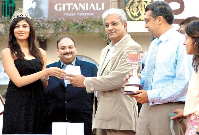 Vanya Take Gitanjali Lifestyle Trophy To Jaydev At Gitanjali Race In RWITC