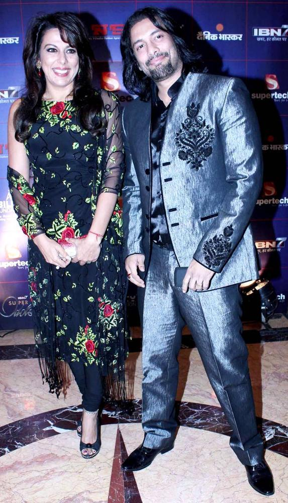 Pooja And Akashdeep Posed For Camera At IBN7 Super Idols Award Ceremony