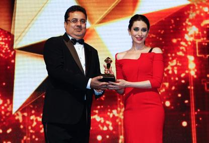 Karisma With Ajay  Psed For Camera With Trophy At The Masala Awards 2012