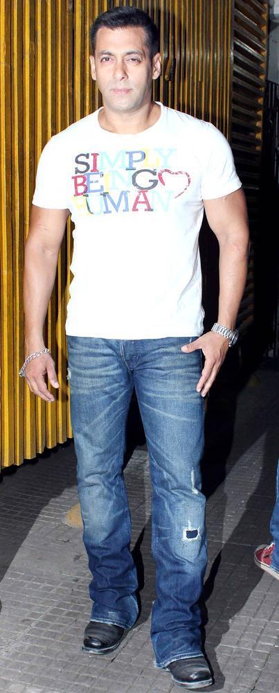 Salman Khan Posed During The Dabangg 2 Screening