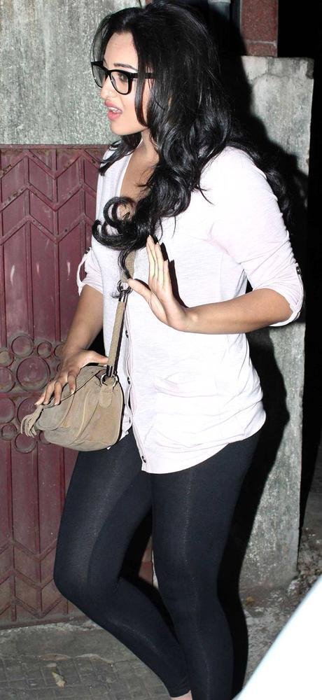 Sonakshi Sinha Spotted At Airport For Attend Dabangg 2 Screening