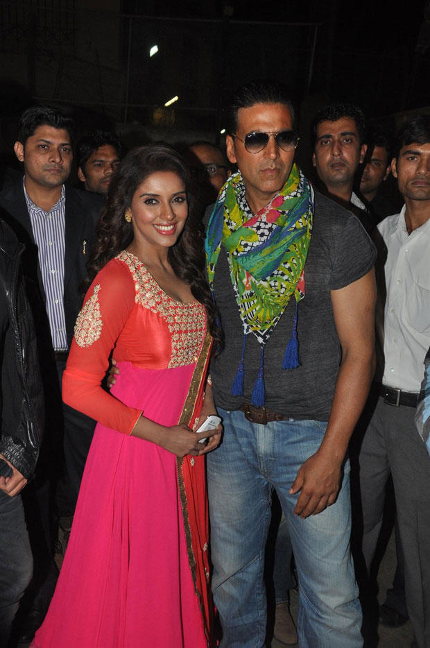 Akshay And Asin Cosy Smiling Photo At Mithibai College To Promote Khiladi 786