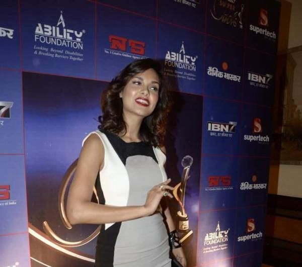 Esha Gupta Clicked At IBN 7 Super Idols Award Ceremony