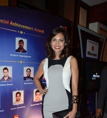 Esha Gupta Smiling Posed At IBN 7 Super Idols Award Ceremony
